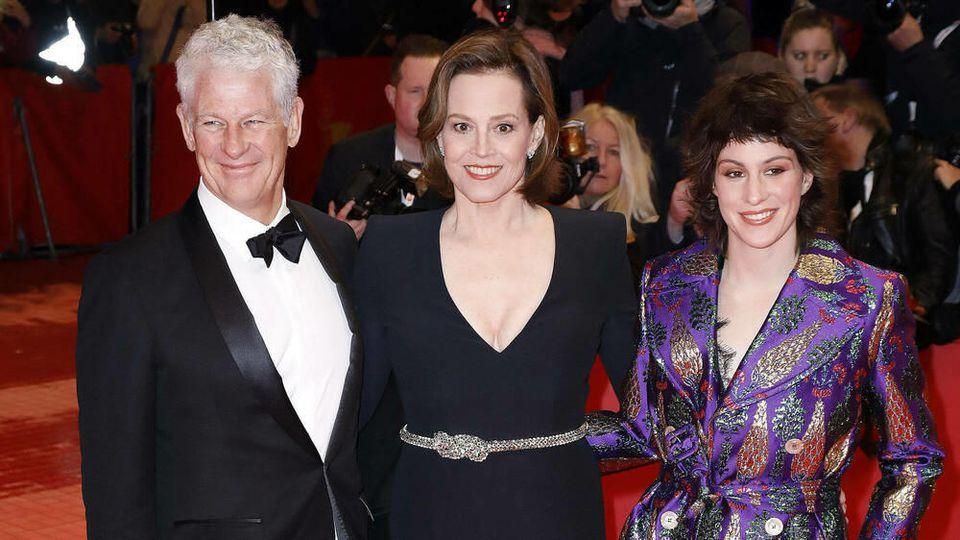 Sigourney Weaver (Mitte) mit Ehemann Jim Simpson (l.) und Tochter Charlotte Simpson (r.) bei der Berlinale-Eröffnung 2020