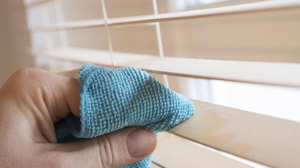 Jalousien machen leider etwas Arbeit: Hier muss man die Lamellen einzeln und von beiden Seiten mit einemtrockenen Tuch abwischen. Foto:Robert Günther