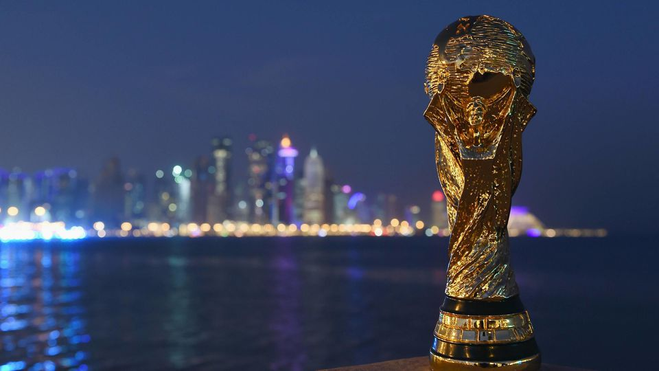 Fussball International FIFA WM 2022 in Katar 21 12 2014 Ein Replika des FIFA WM Pokal vor der Skyli