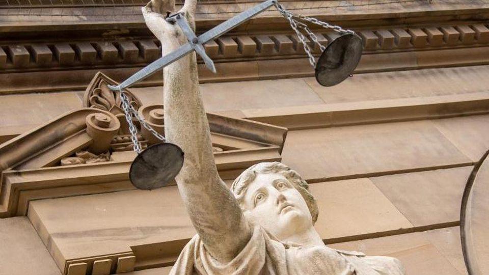 Vor dem Landgericht hält eine Statue der Justitia eine Waagschale. Foto: Stefan Puchner/dpa/Symbolbild