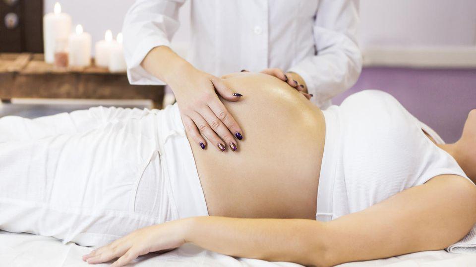 Damit eine Schwangerschaftsmassage gut tut und ungefährlich ist, müssen einige Dinge beachtet werden.