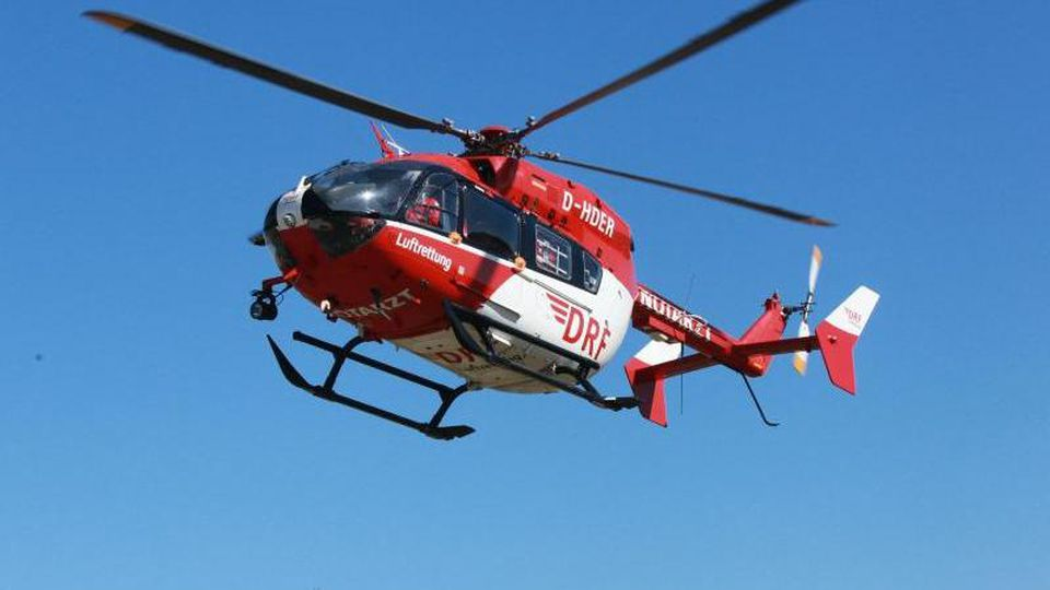 Ein Rettungshubschrauber ist auf dem Weg zu einem Einsatz. Foto: DRF Luftrettung/obs/Archivbild