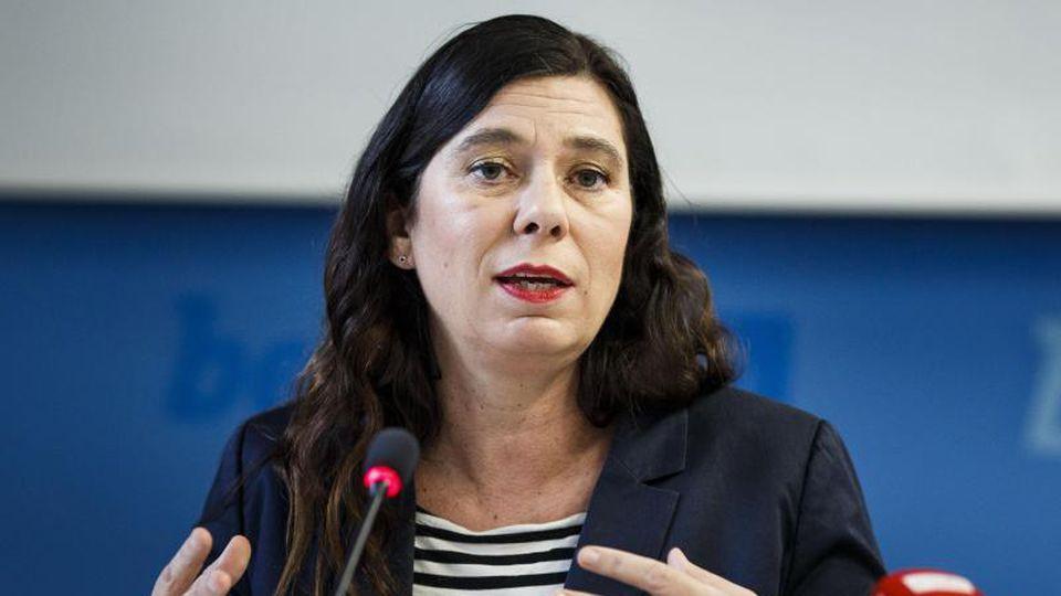 Sandra Scheeres (SPD), Bildungssenatorin von Berlin, gestikuliert. Foto: Carsten Koall/dpa/Archivbild