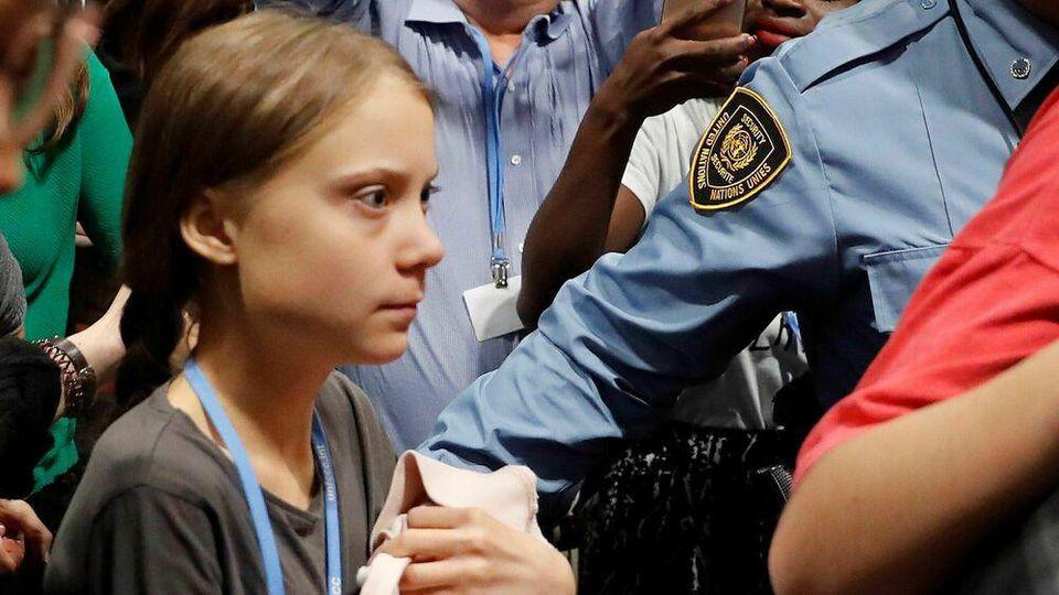 Greta Thunberg bei ihrer turbulenten Ankunft im Bahnhof von Madrid