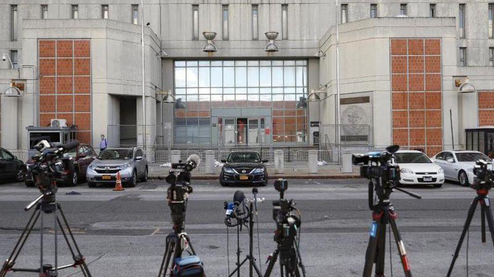 Kameras stehen vor dem Haupteingang des Metropolitan Detention Center in Brooklyn, in dem Ghislaine Maxwell inhaftiert ist. Foto: John Minchillo/AP/dpa