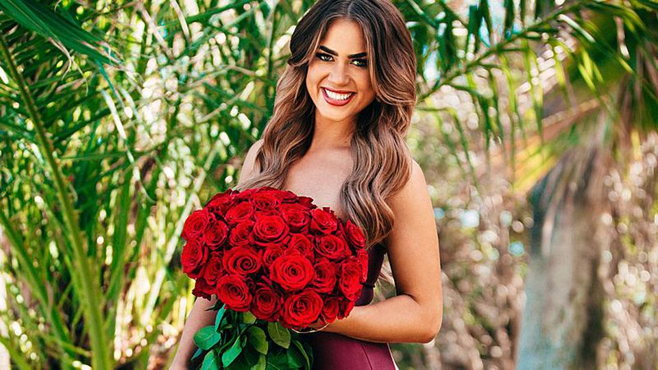 Als Bachelorette hat Jessica Paszka die Rosen in der Hand.