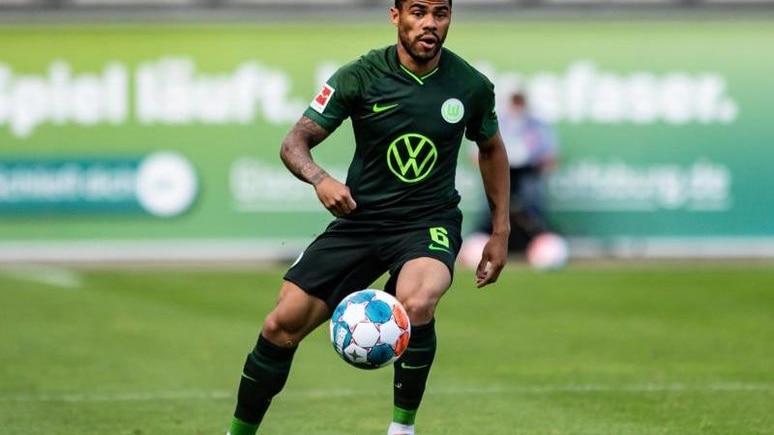 Wolfsburgs Paulo Otavio spielt den Ball. Foto: Swen Pförtner/dpa/archivbild