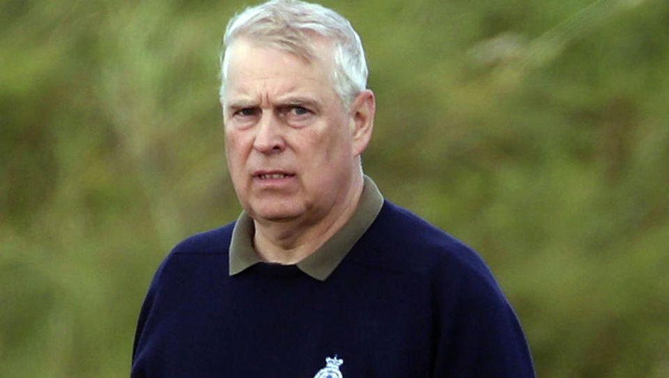 Nach einem entspannten Golfurlaub scheint Prinz Andrew der Kopf aktuell nicht zu stehen.