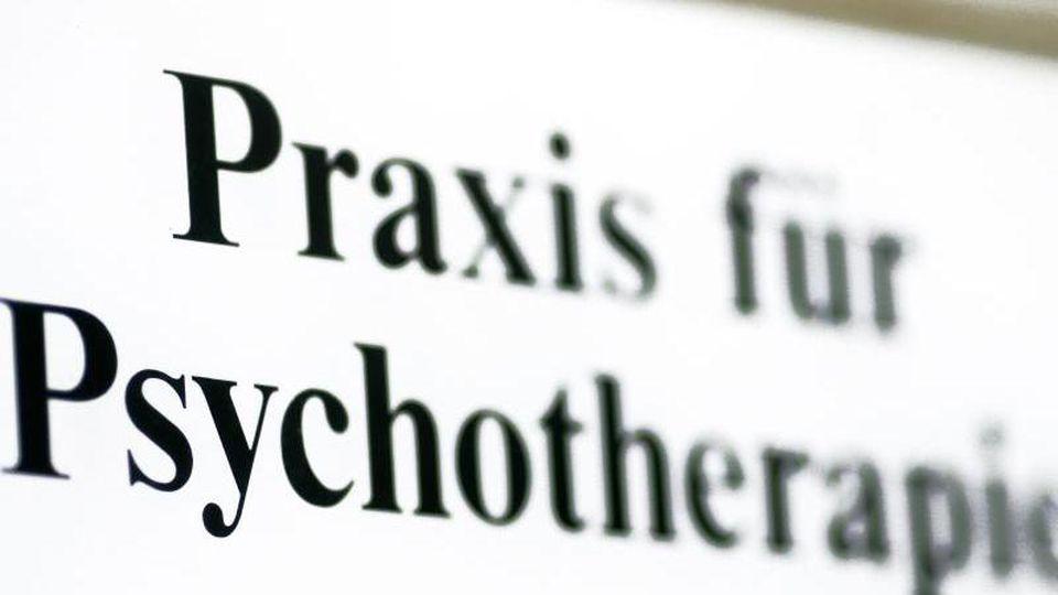 Ein Schild einer Praxis für Psychotherapie. Foto: Jens Wolf/zb/dpa/Symbolbild