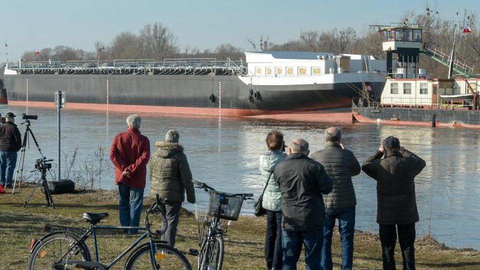 """Der Binnentanker mit dem Namen """"Spera"""" auf der Elbe. Foto: Heiko Rebsch/Archiv"""