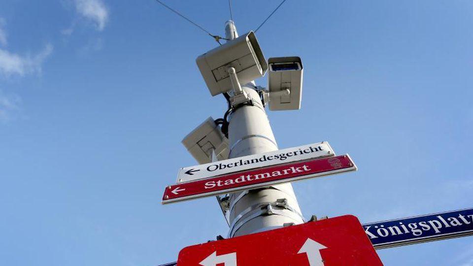 Die Videoüberwachungskameras am Königsplatz in Augsburg halfen bei der Festnahme der Verdächtigen. Foto: Karl-Josef Hildenbrand/dpa