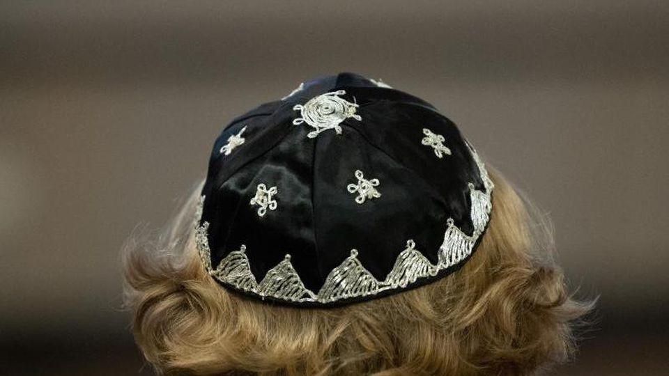 Ein Mann trägt eine Kippa auf dem Kopf. Foto: Soeren Stache/dpa-Zentralbild/ZB/Symbolbild