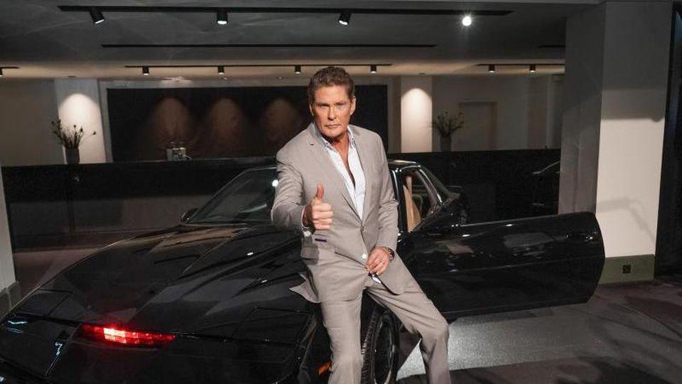 """US-Schauspieler David Hasselhoff sitzt auf dem Sportwagen """"K.I.T.T."""" aus der Serie """"Knight Rider"""". Foto: Jörg Carstensen/dpa"""