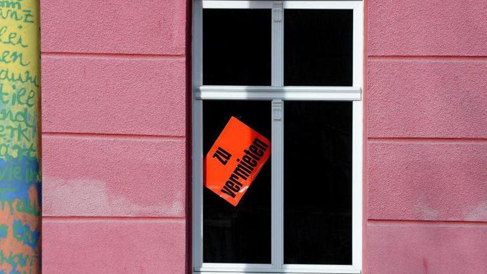 Eine Wohnung wird in einem Haus zur Miete angeboten. Foto: Ralf Hirschberger/zb/dpa/Symbolbild