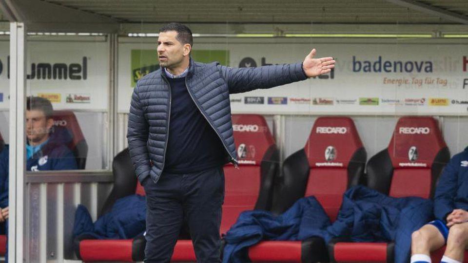 Will sich nicht mit dem Szanarium eines Abstiegs beschäftigen: Schalkes Trainer Dimitrios Grammozis gestikuliert. Foto: Tom Weller/dpa