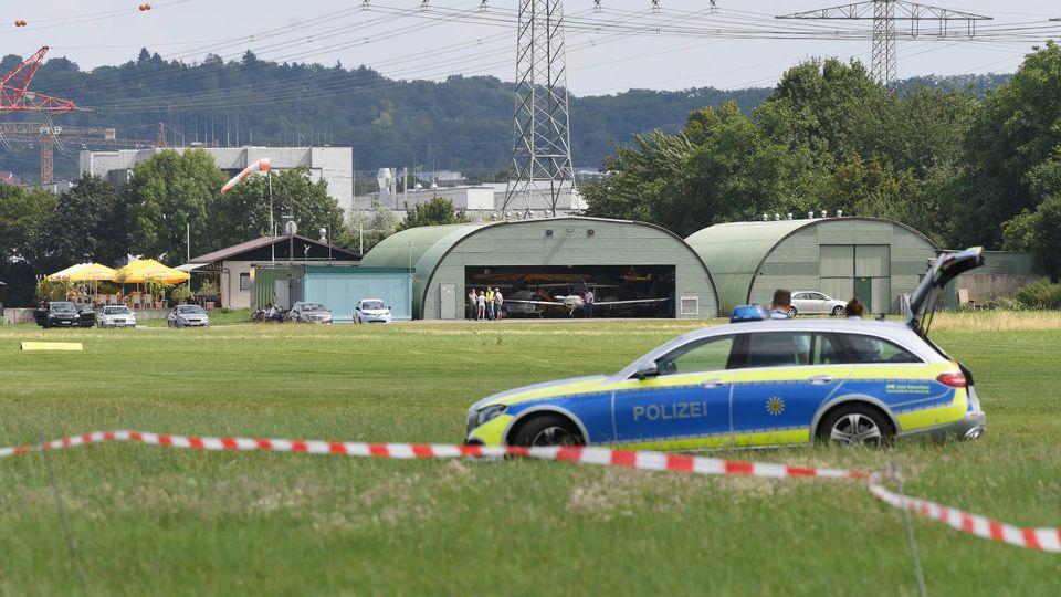 20.07.2019, Baden-Württemberg, Bruchsal: Blick auf den Flugplatz Bruchsal. In der unmittelbaren Nähe ist dort ein Kleinflugzeug auf die Fassade eines Bauhaus Baumarktes gestürzt. Nach ersten Erkenntnissen der Polizei hat es bei dem Absturz drei Tote