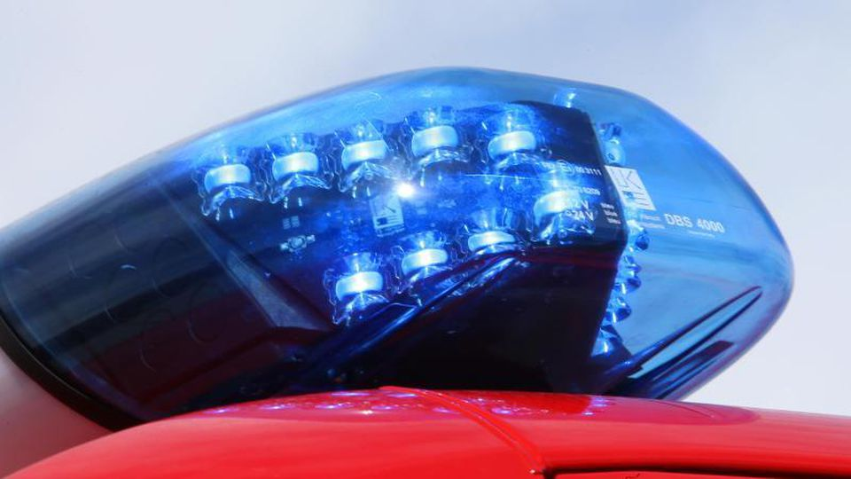 Leuchtendes Blaulicht einer Feuerwehr. Foto: Stephan Jansen/Archiv