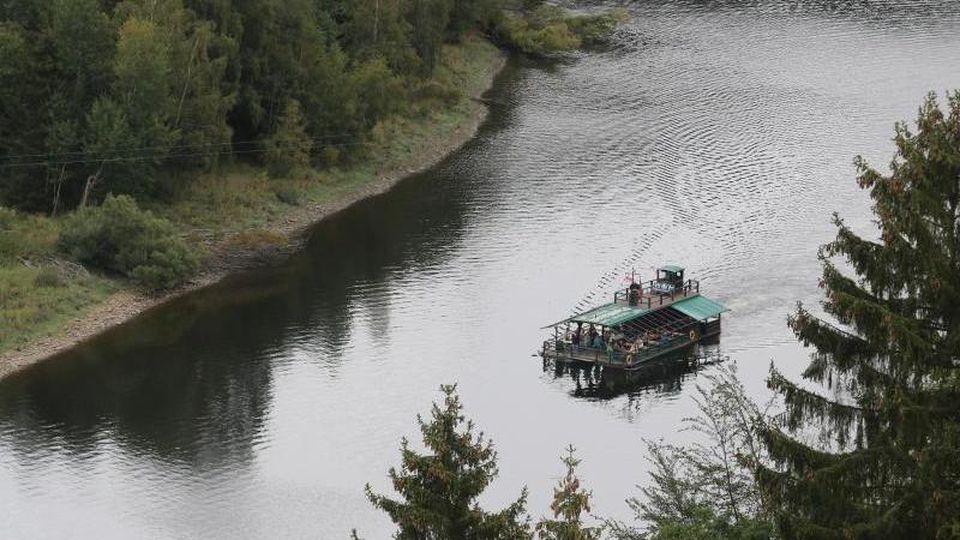 Ein Floß fährt auf dem Stausee der Rappbodetalsperre. Foto: Matthias Bein/dpa-Zentralbild/ZB/Archivbild