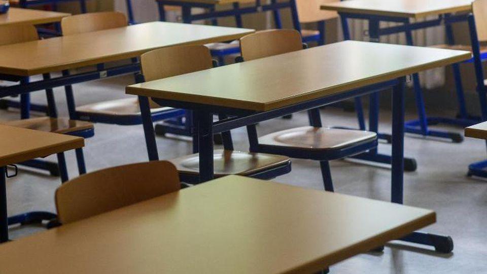 Tische und Stühle in einem leeren Klassenraum. Foto: Klaus-Dietmar Gabbert/dpa-Zentralbild/ZB/Symbolbild
