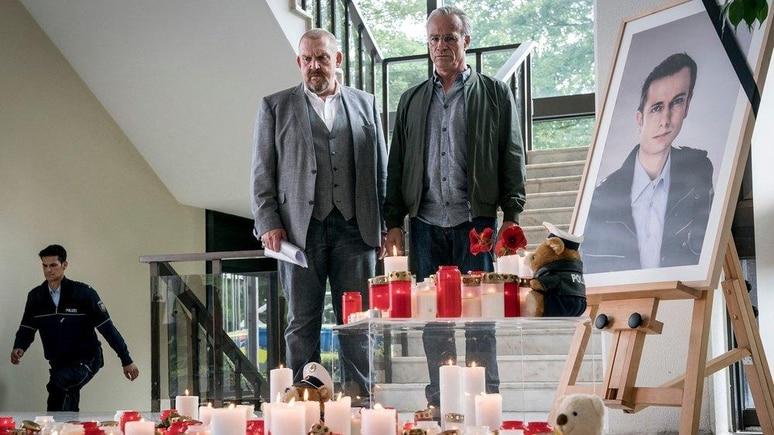 """""""Tatort: Kaputt"""": Freddy Schenk (Dietmar Bär, l.) und Max Ballauf (Klaus J. Behrendt) an dem Ort, an dem Kollegen ihrer Dienststelle an einen getöteten Beamten erinnern."""