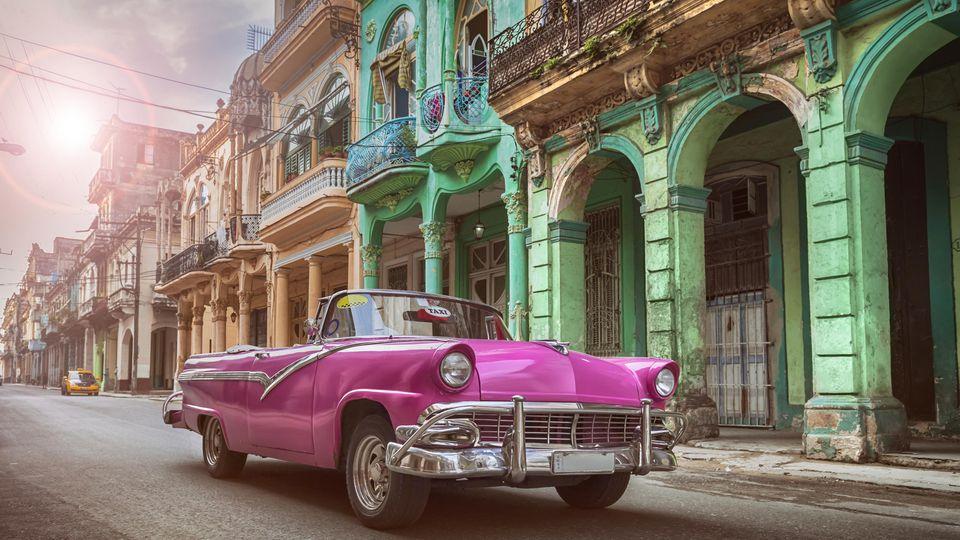 Vor allem die Hauptstadt Havanna ist für die stylischen Oldtimer bekannt.