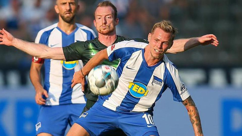Maximilian Arnold von VfL Wolfsburg (M) kämpft gegen Berlins Ondrej Duda (r) um den Ball. Foto: Andreas Gora