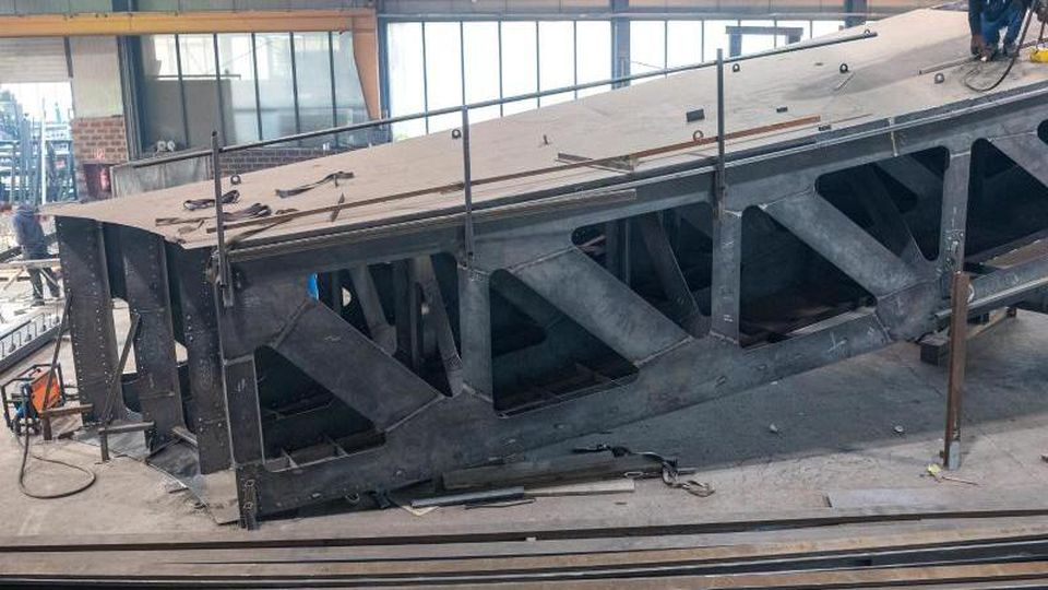 An einem der Bauteile vom zukünftigen Freiheits- und Einheitsdenkmals für Berlin wird gearbeitet. Foto: Sina Schuldt/dpa/Archivbild