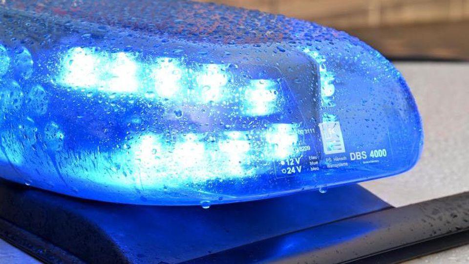 Ein Streifenwagen der Polizei steht mit eingeschaltetem Blaulicht am Straßenrand. Foto: Carsten Rehder/dpa/Symbolbild