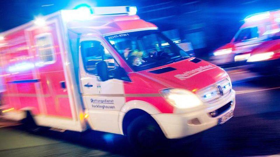 Ein Rettungswagen der Feuerwehr fährt mit Blaulicht durch eine Straße. Foto: Marcel Kusch/Archiv