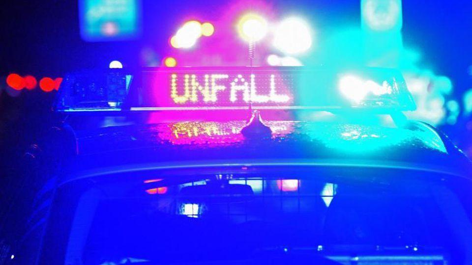 Polizei Blaulicht bei Unfallaufnahme. Foto: Stefan Puchner/dpa/Archivbild