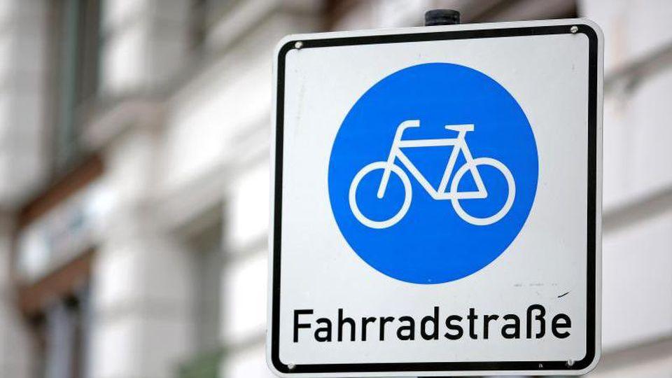 Ein Schild weist auf eine Fahrradstraße in Leipzig in. Foto: Jan Woitas/Archivbild