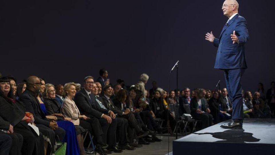 Klaus Schwab, Gründer des Weltwirtschaftsforums, begrüßt die Teilnehmer der WEF-Jahrestagung am 20. Januar mit einer Willkommensbotschaft. Foto: Alessandro Della Valle/KEYSTONE/dpa