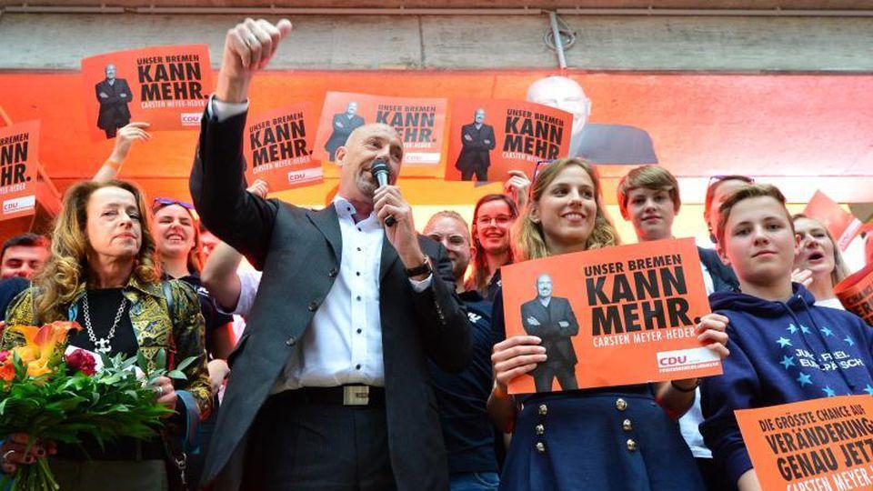 Er hat die Sensation geschafft: Carsten Meyer-Heder, Spitzenkandidat der CDU, feiert Parteifreunden. Foto: Hauke-Christian Dittrich