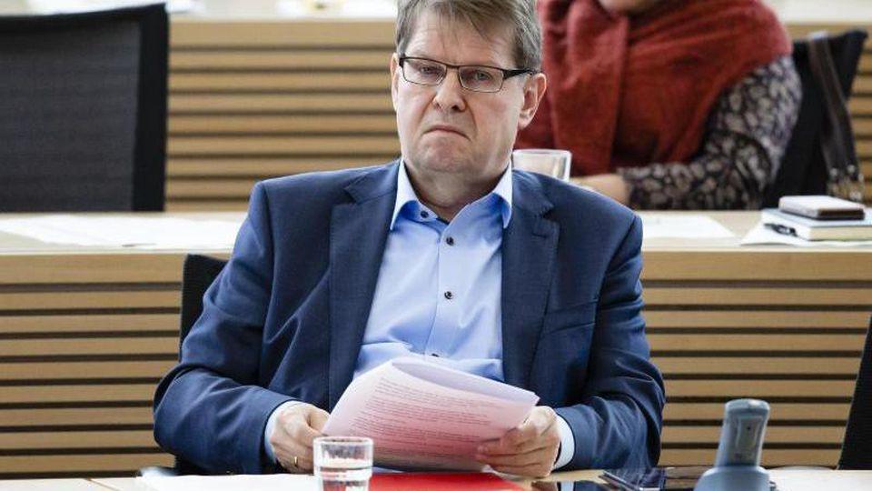 Ralf Stegner (SPD) sitzt im Plenarsaal während einer Sitzung des Schleswig-Holsteinischen Landtags. Foto: Frank Molter/dpa