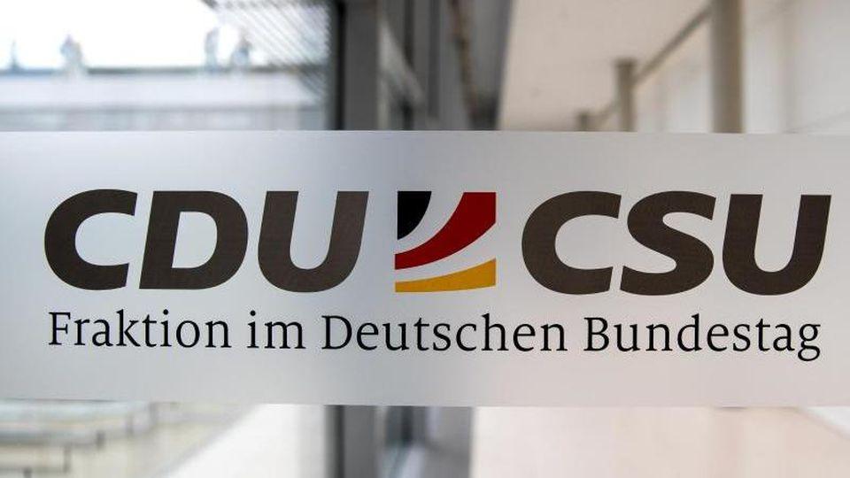 Nach der Affäre um Privatgeschäfte von Unionsabgeordneten bei der Beschaffung von Corona-Masken will die Führung der CDU/CSU-Bundestagsfraktion scharfe Konsequenzen ziehen. Foto: Michael Kappeler/dpa