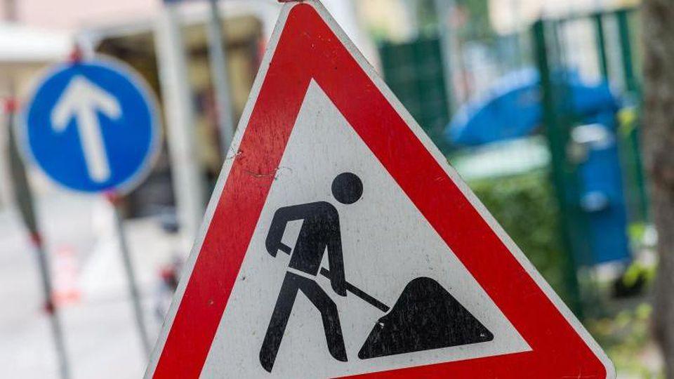Ein Straßenschild weist auf eine Baustelle hin. F. Foto: Lino Mirgeler/dpa