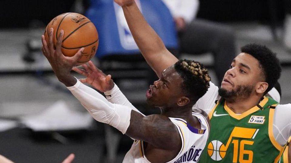 Dennis Schröder (l) von den Los Angeles Lakers erzielte 25 Punkte und verteilte acht Assists. Foto: Mark J. Terrill/AP/dpa