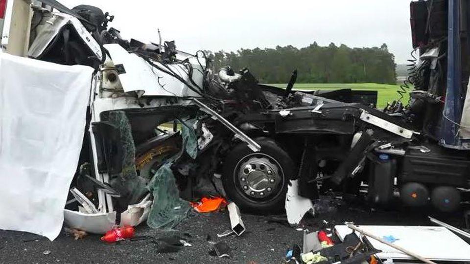 Nach dem schweren Unfall war die dreispurige Autobahn zunächst komplett gesperrt.