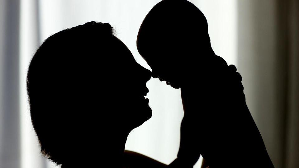 """ARCHIV - ILLUSTRATION - Die Silhouette einer Mutter mit ihrem drei Monate alten Baby, aufgenommen am 03.02.2008 in Briesen (Oder-Spree, Brandenburg). (zu dpa """"Mehr Mütter nehmen Elternzeit - raschere Rückkehr in den Job"""" vom 23.06.2017) Foto: Patrick"""