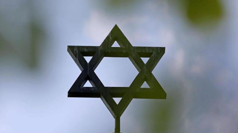 Die Polizei verstärkt den Schutz von jüdischen Einrichtungen. Von bislang nur 3 sollen künftig 26 rund um die Uhr bewacht werden.