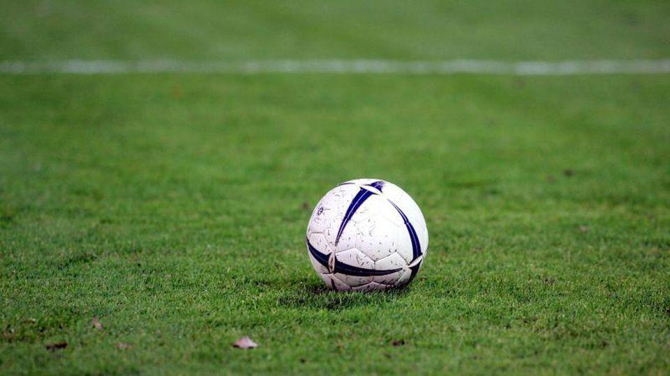 Ein Fußball liegt auf dem Rasen. Foto: Uli Deck/Archiv