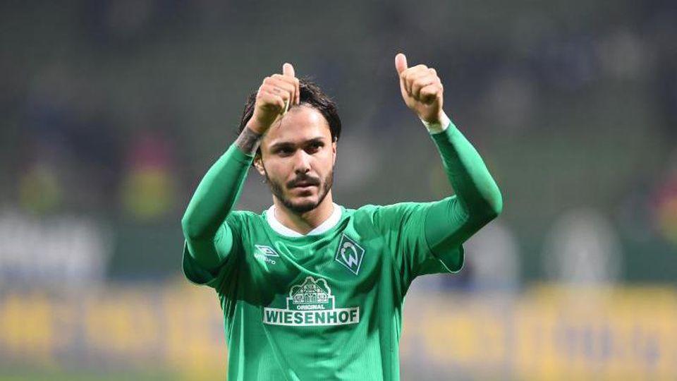 Werders Leonardo Bittencourt bedankt sich nach Spielende bei den Fans. Foto: Carmen Jaspersen/dpa/Archivbild