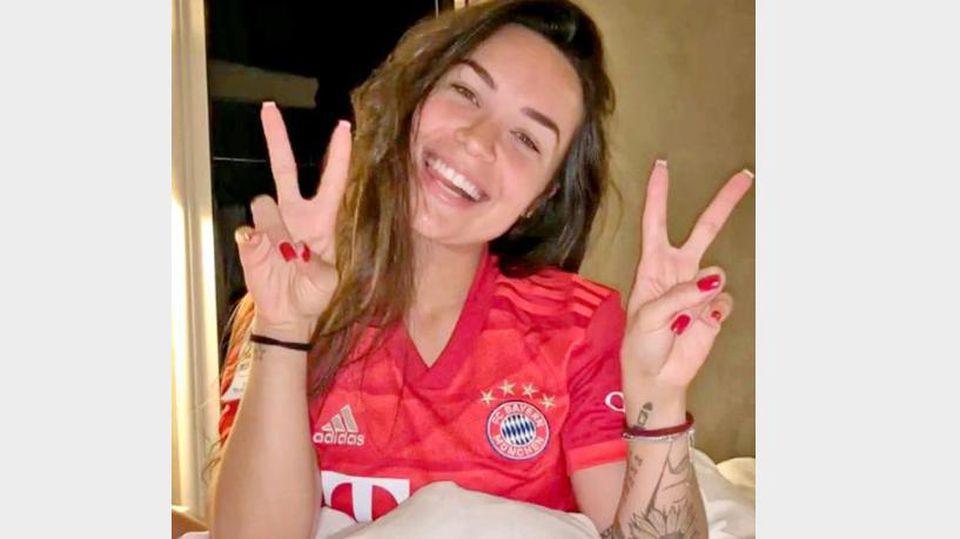 Aine Coutinho trägt ein Bayern-Trikot zum Einschlafen (Instagram/ainee.c)
