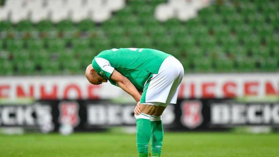 Bremens Abwehrspieler Ömer Toprak steht enttäuscht auf dem Platz. Foto: Martin Meissner/AP-Pool/dpa/archivbild
