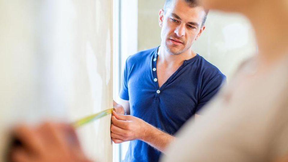 Schon vor dem Kauf des neuen Zuhauses können Interessenten Räume ausmessen und überprüfen, ob die angegebenen Maße stimmen. Foto: Christin Klose/dpa-tmn