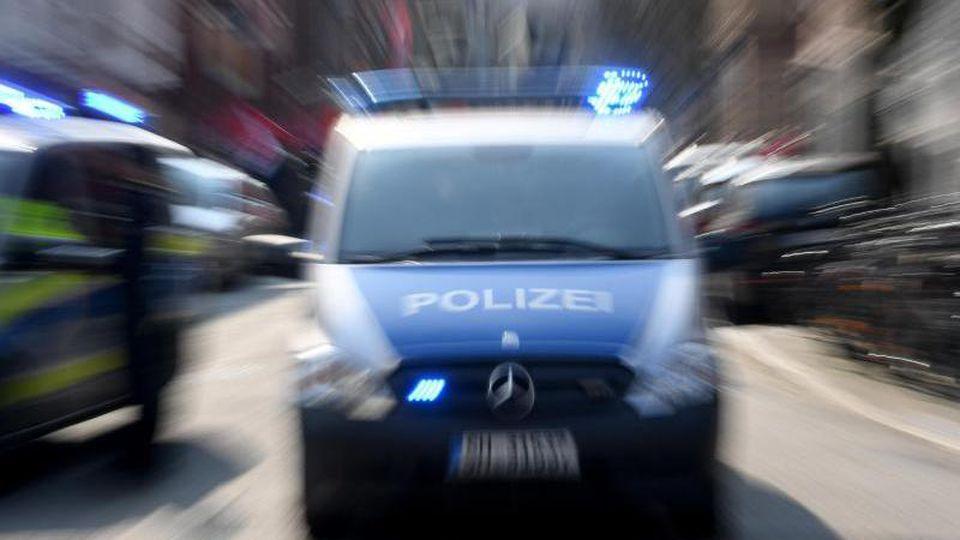 Ein Polizeiwagen mit eingeschalteten Blauchlicht. Foto: Carsten Rehder/dpa/Archivbild