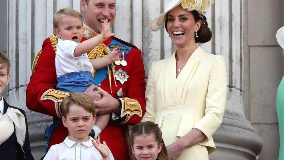 Die royale Familie nahm einen Linienflug, um Queen Elizabeth II. in Schottland zu besuchen