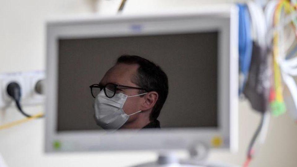 Michael Müller (SPD) spiegelt sich in einem Monitor. Foto: Britta Pedersen/dpa-Zentralbild/dpa