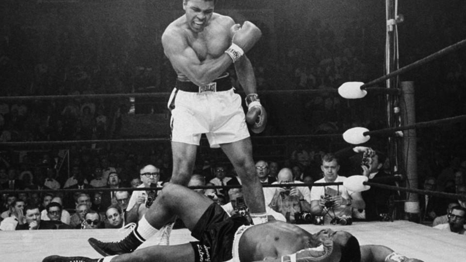 Das vermutlich bekannteste Bild Alis: Im Kampf gegen Sonny Liston geht dieser zu Boden, Ali steht triumphierend über ihm
