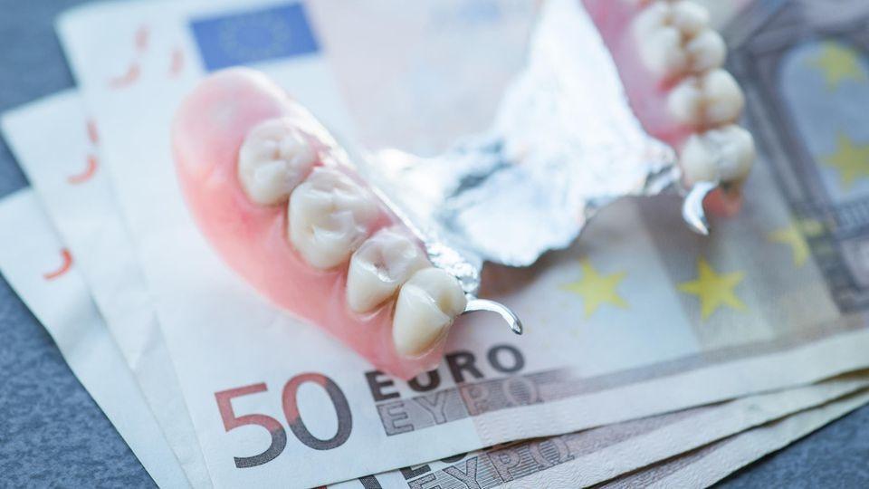 Zahnersatz kann ganz schön teuer werden. Eine Zusatzversicherung kann helfen.